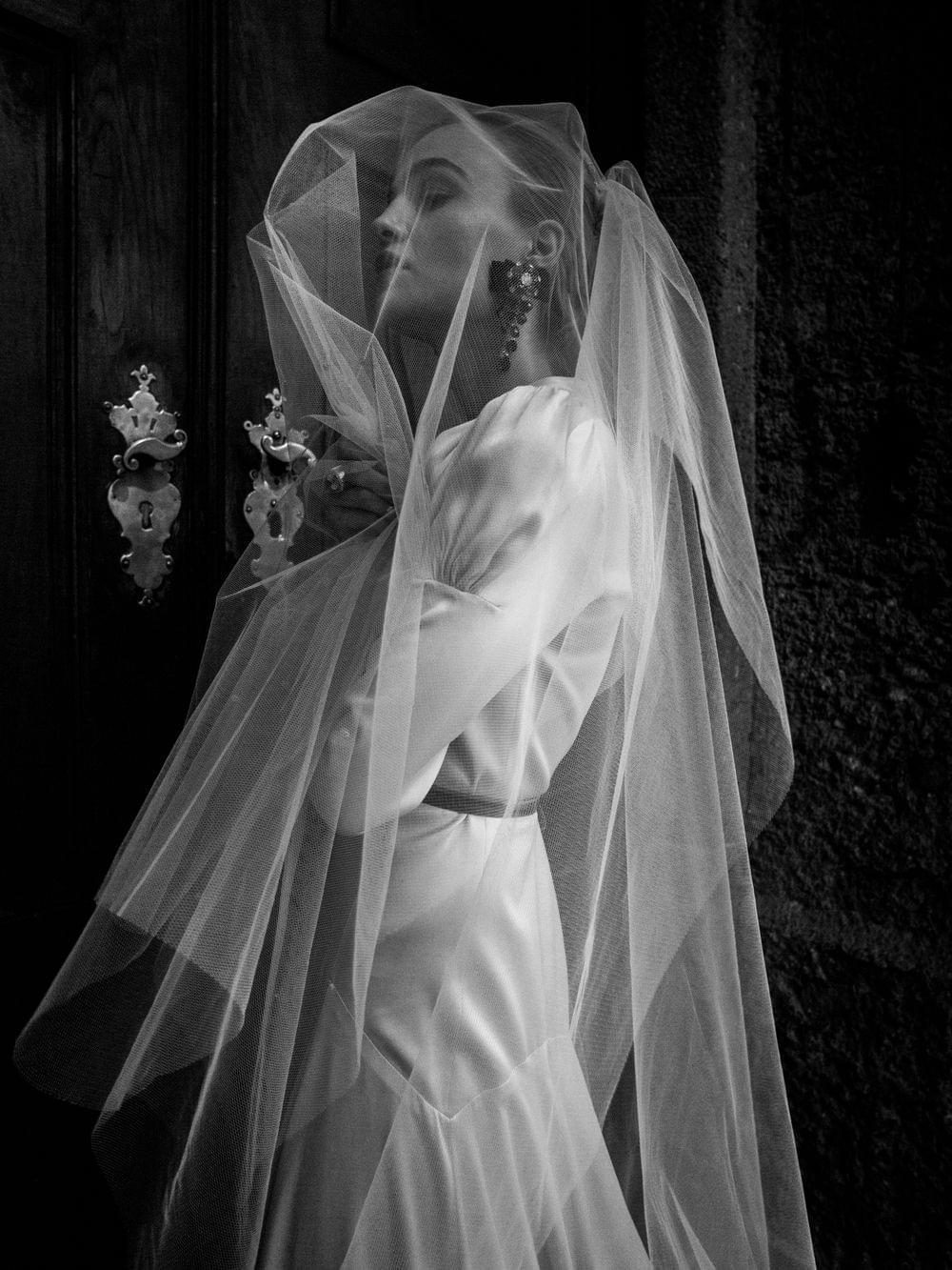 luxury black and white wedding picture bride, lena hoschek, dolce und gabbana, schloss leopoldskron